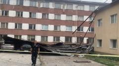 Силен вятър събори покрива на Военното окръжие във Враца
