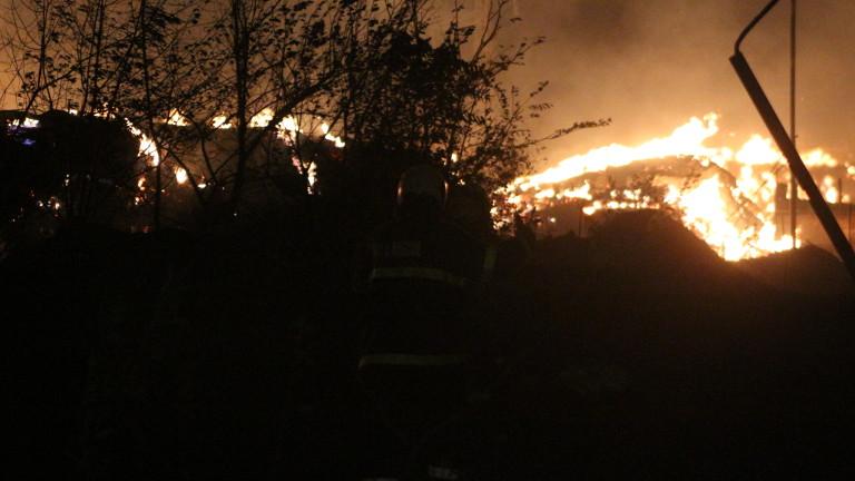 Продължава пожарът, който възникна вчера около 20 часа в района