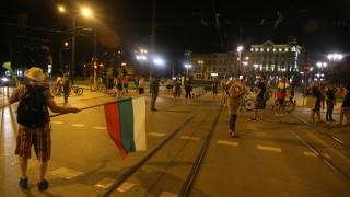 Ключови кръстовища в София остават блокирани