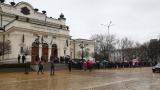 Протест пред парламента защитава президентското вето