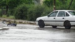 Кола блъсна възрастен колоездач на площада в село Бараково