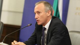 """Гимназиите в """"червените зони"""" да продължат дистанционно иска Вълчев"""