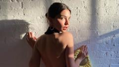 Емили Ратайковски е все по-секси