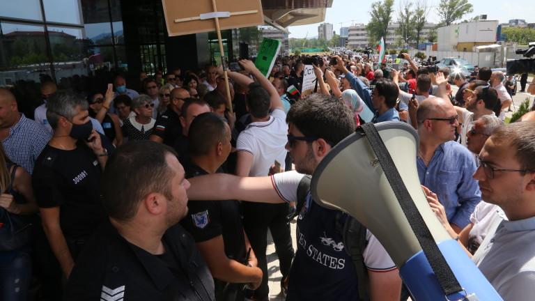 Задържан е мъж, ударил журналистката на конференцията на ГЕРБ