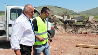 Борисов строи по ниви, чакъл и след това - на асфалт