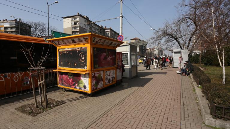 Търговци и собственици на павилиони в близост до бул.