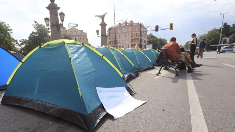 Протестиращи искат полицията да им върне палатките от Орлов мост