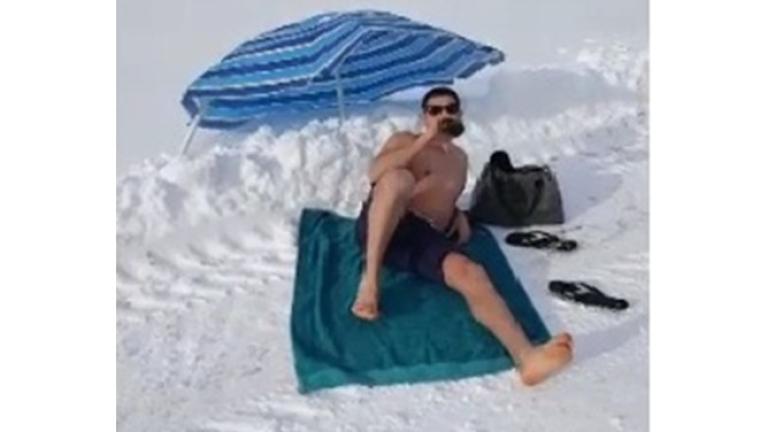 Мъж плажува при - 16 градуса в Банкя