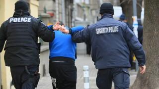 Задържаха трима мъже за наркотици в Пазарджик