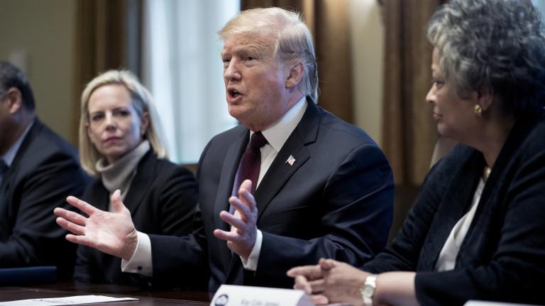 Президентът на САЩ Доналд Тръмп се огъна пред председателя на