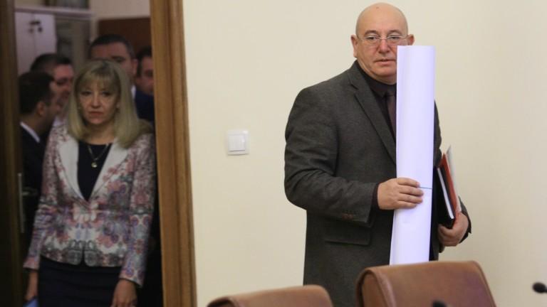 Министърът на околната среда Емил Димитров отива на съд с