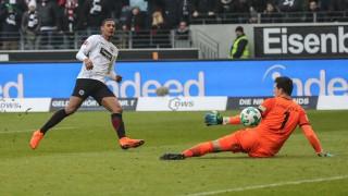 Айнтрахт елиминира Шалке и е на финал за Купата срещу Байерн