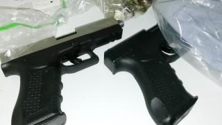 Закопчаха двама братя за незаконни оръжия, боеприпас и марихуана