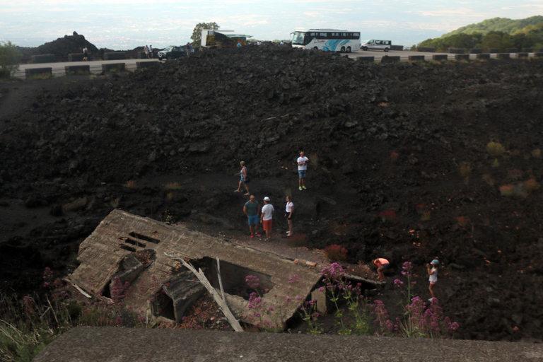 При едно от най-силните изригвания на Етна в наши дни, лавата стига до първите постройки