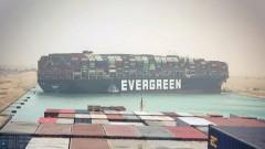 Трети ден Суецкият канал остава затворен заради заседнал кораб