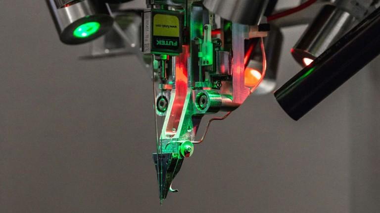 Роботът на Neuralink