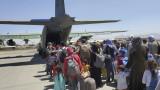 Над 122 000 души са евакуирани от Афганистан