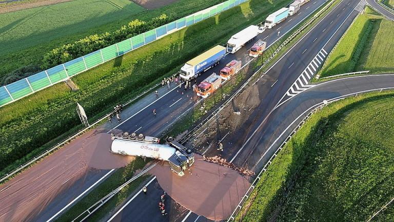 Камион разля 12 тона горещ течен шоколад на магистрала в Полша