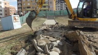 Започна оспорван строеж до детска площадка и в Благоевград