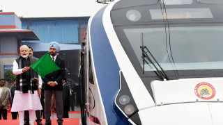 Първият високоскоростен влак местно производство в Индия се счупи при първото си пътуване