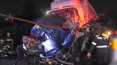 9 души са загинали в катастрофа с тир, връхлетял 11 коли в Мексико