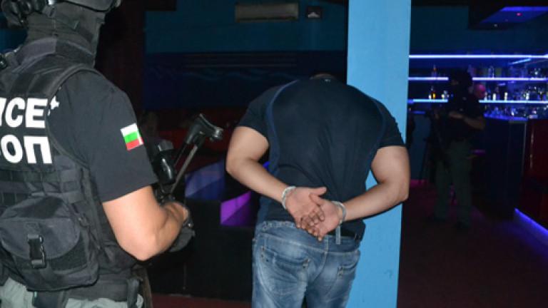 Заловиха 40 нелегални мигранти и трима трафиканти