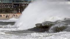 Тайфун, връхлитащ Япония, причини смъртта на двама души