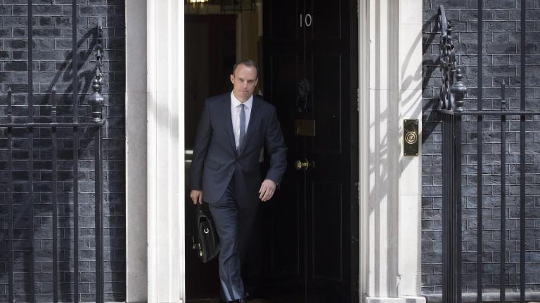 До момента четирима британски министри и двама парламентарни частни секретари