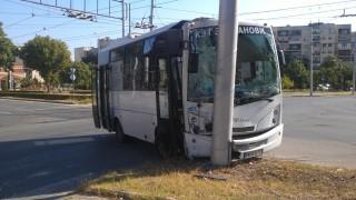 Градски рейс се блъсна в електрически стълб в Пловдив