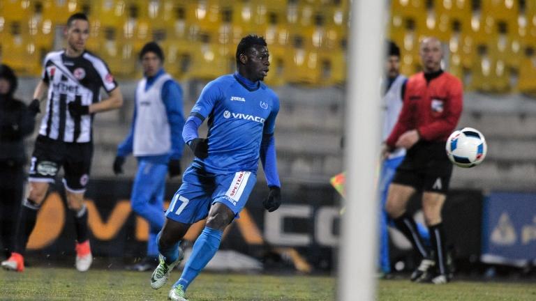 Бившият футболист на Левски Бабатунде Адениджи обеща да даде по 5 бона на феновете си