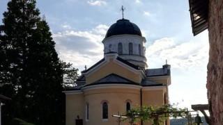 Реставрират стенописите в старата черква на Кремиковския манастир