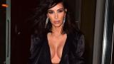 Ким Кардашиян нае гримьор за гърдите си