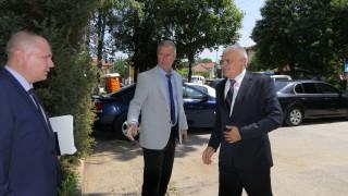 Валентин Радев не слуша исканията за оставка