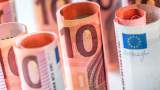 Евро се стабилизира, оставяйки в плен на политическите рискове