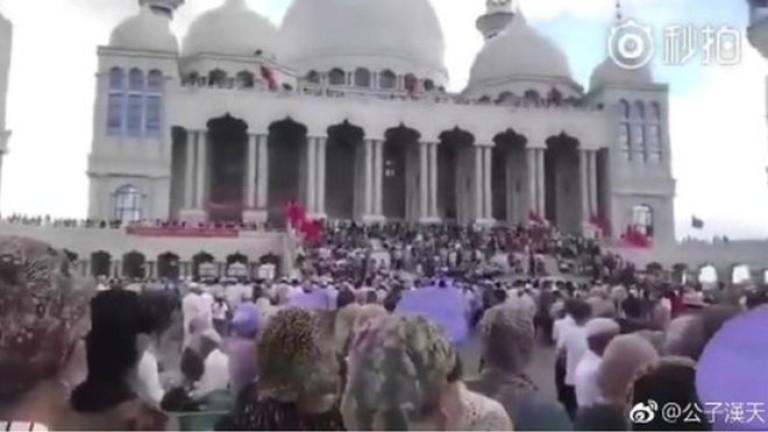 Стотици мюсюлмани в Китай се опълчиха на властите за джамия
