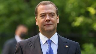 Медведев възхвалява Меркел пред Deutsche Welle и обвинява САЩ за отношенията със Запада