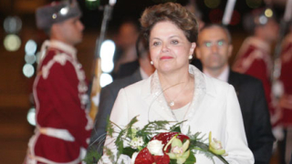 Дилма Русеф дарява $10 000 на правозащитници