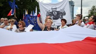 Пари за гладните, а не за танкове, скандираха стотици антинатовци във Варшава