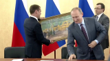 """За ЧРД Путин подари на Медведев картина """"В цеха"""""""