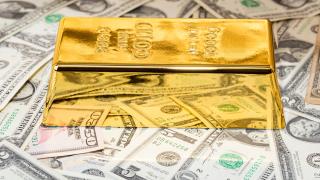 Цената на златото пада, доларът укрепва