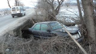 Дрогирани младежи катастрофираха край село Любча