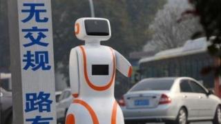 Робот регулира движението!