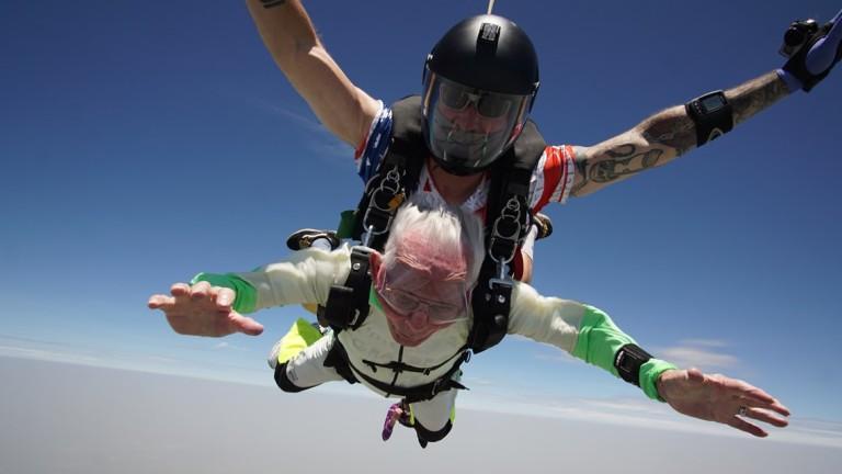 Да скочиш с парашут на 103 години