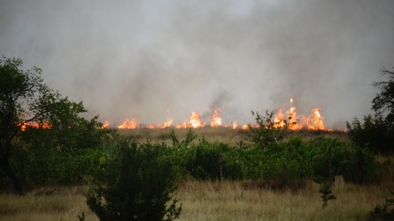 Продължава гасенето на пожар между селата Росоман и Златуша