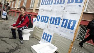 "2 000 ученици ""клекнаха"" за по-чисти тоалетни"