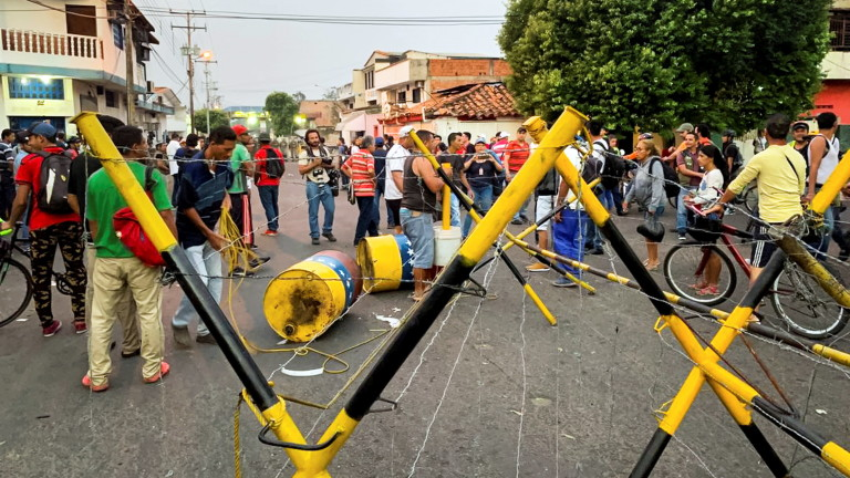 Венецуелски войници до границата с Колумбия използваха сълзотворен газ срещу