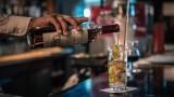 Париж се готви да затвори баровете заради ръст на заразени с COVID-19