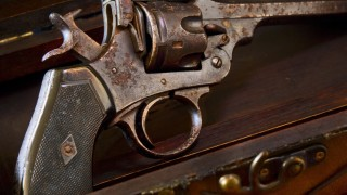 Откриха боен арсенал в дома на 50-годишен, подпалил колата на съседа си