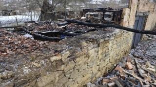 Баба, дядо и внук пострадаха при пожар