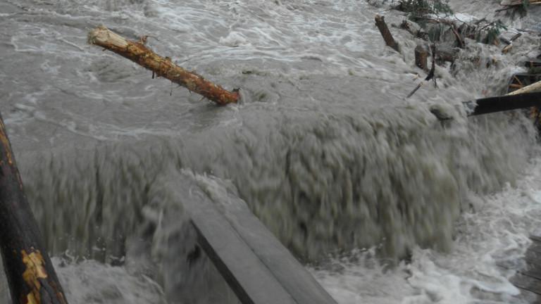 Порой причини наводнение в Котел този следобяд. Реката в балканския